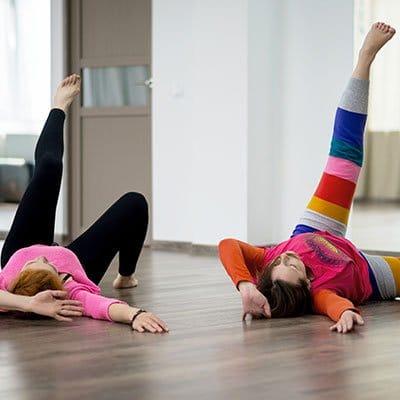 Photo d'enfants pratiquant le mouvement corporel intuitif. Sophrologie, Hypnose, Synergie sur Marseille