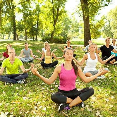 Photo d'un groupe de personnes pratiquant une séance de sophrologie en nature. Sophrologie, Hypnose, Synergie sur Marseille