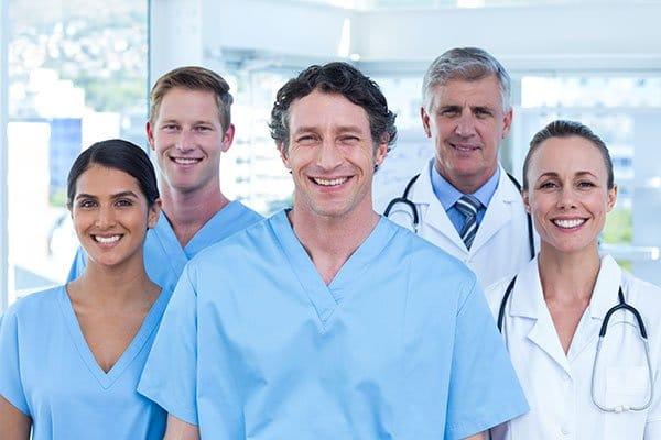 Photo de professionnels de santé en blouse blanche et bleu. Sophrologie, Hypnose, Synergie sur Marseille