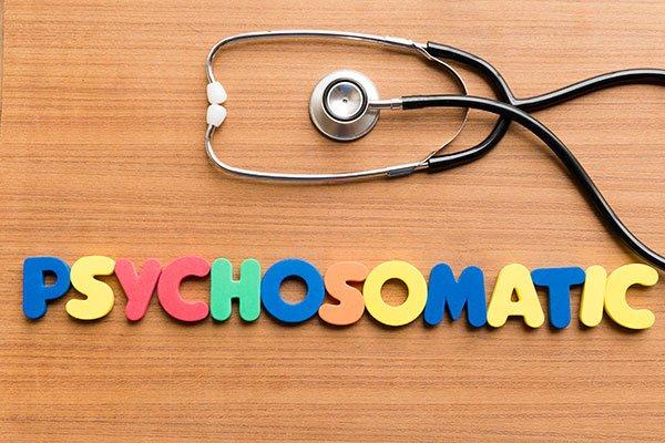 Photo de lettres formant le mot Psychosomatic avec un stéthoscope. Sophrologie, Hypnose, Synergie sur Marseille