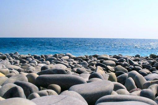 Photo de galets sur le bord de mer. Sophrologie, Hypnose, Synergie sur Marseille