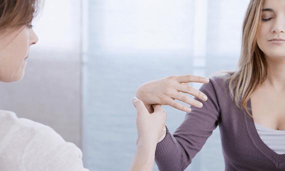 Photo d'une femme ayant les yeux fermés pendant une séance d'hypnose. Sophrologie, Hypnose, Synergie sur Marseille